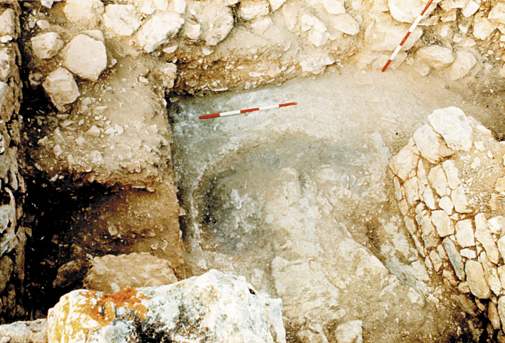 Cap des Llibrell. Detall de l´àmbit ß en curs d´excavació (pot observar-se un forat fet per antics cercadors de tresors, on es falsificaren cinquenes, i el nivell d´incendi original del s. I aC.). Foto: Joan Ramon Torres.