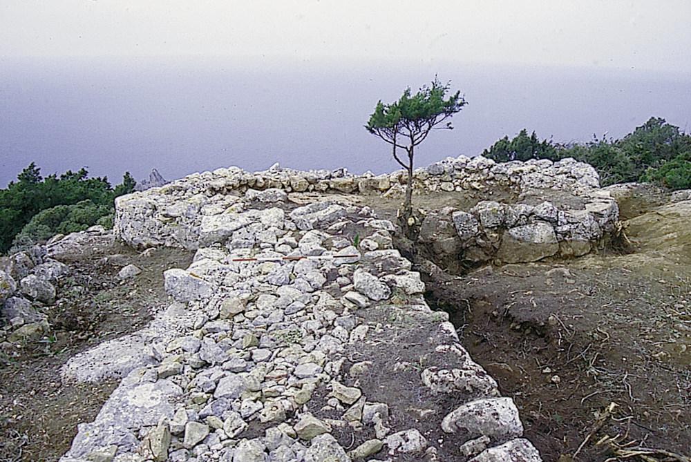 Torres d´en Lluc. La torre 1 i una part del llenç de murada que enllaça amb la torre 2. Foto: Joan Ramon Torres.