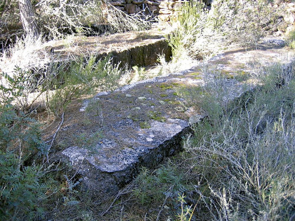 Clots rectangulars excavats a la roca, vora el torrent d´en Jai. Foto: Vicent Ferrer Mayans.