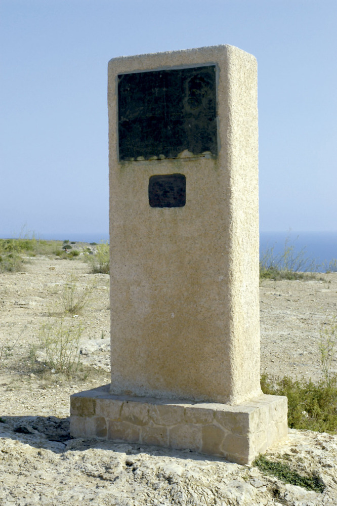 Monument a Jules Verne, aixecat vora el far de la Mola. Foto Pins.
