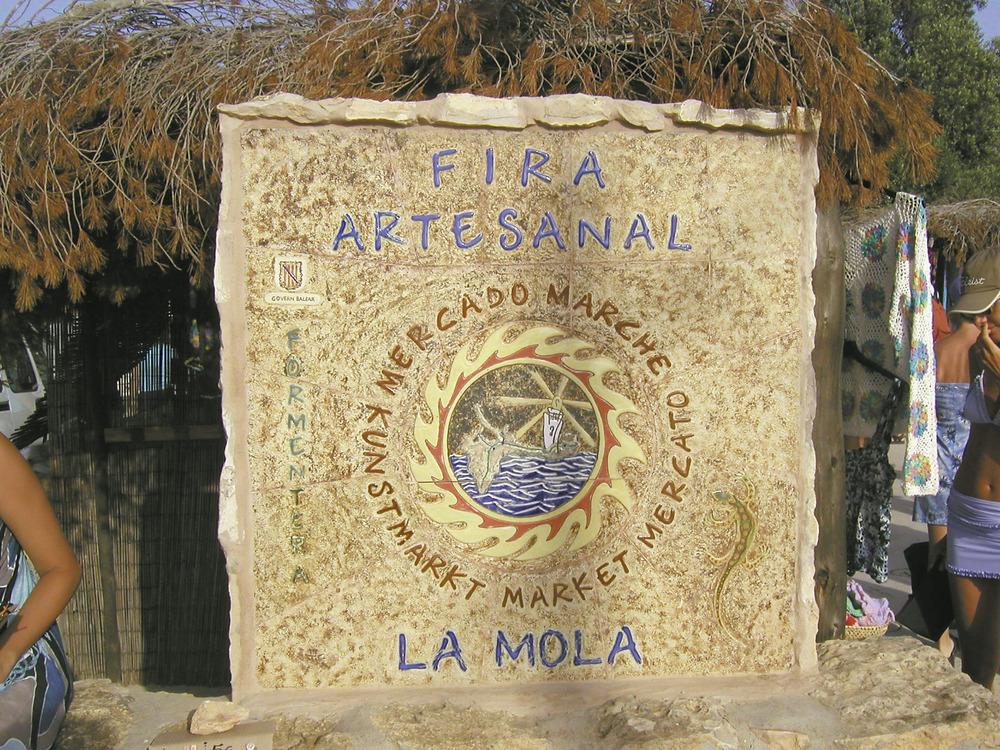 La fira artesanal de la Mola se celebra des de 1984 en una placeta propera a can Pep Xomeu.