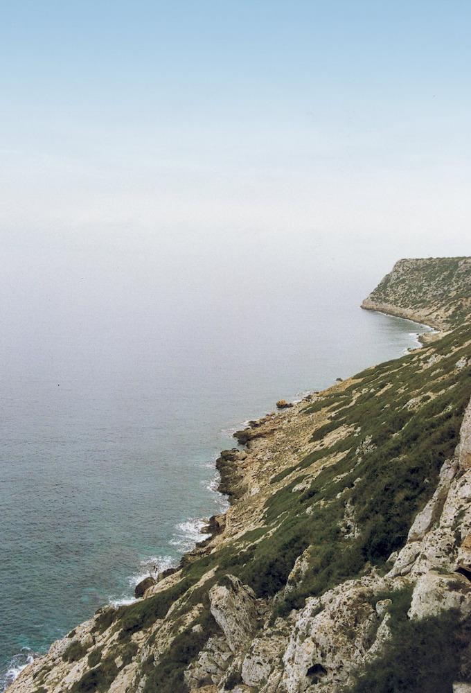 Penya-segat de la Mola, a la costa N, vora la cova des Fum. Foto: Joan Marí Escandell.