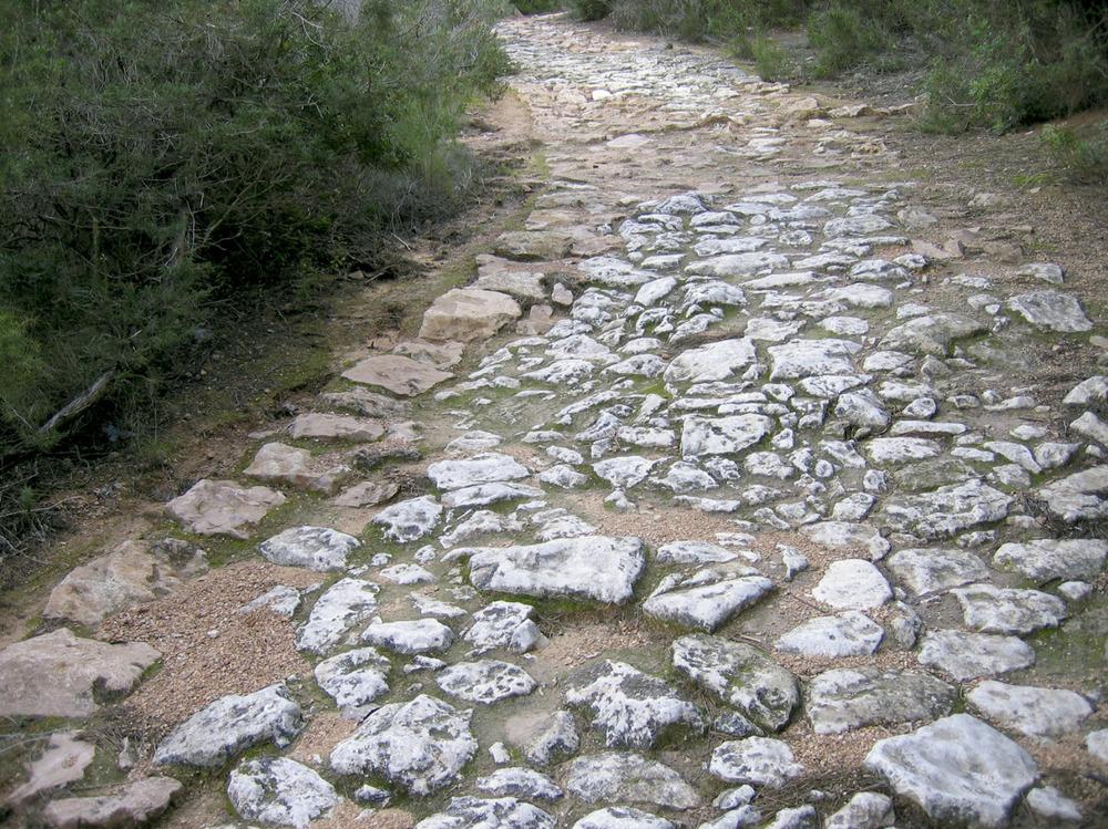 El camí de sa Pujada al seu pas vora la roca Tallada. Foto: Joan Marí Escandell.
