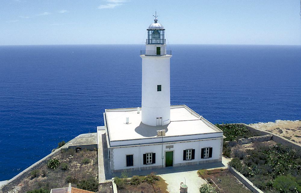 El far de Formentera o de la Mola, a l´extrem oriental de l´altiplà de la Mola, que començà a funcionar el 1861. Foto Pins.
