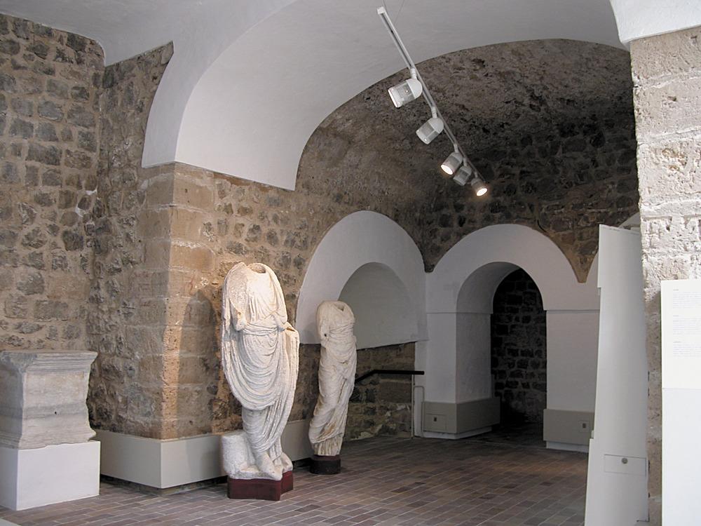 Una làpida i dues estàtues d´època romana a l´interior del Museu Arqueològic d´Eivissa i Formentera. Foto: Jordi H. Fernández Gómez.