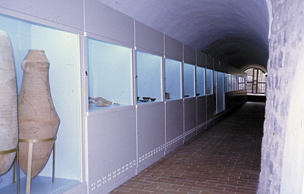 Interior del Museu Arqueològic d´Eivissa i Formentera, amb diversos materials exposats; en primer terme, dues àmfores. Foto: Jordi H. Fernández Gómez.