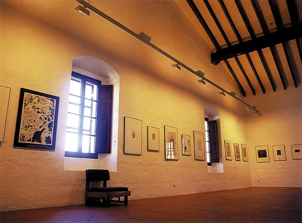 Vista de la sala superior del Museu d´Art Contemporani d´Eivissa, amb exposició de la biennal Ibizagrafic 92. Foto: Toni Pomar / Museu d´Art Contemporani d´Eivissa.