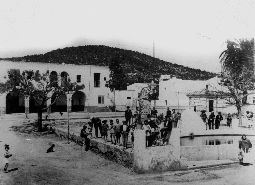 Una imatge de Santa Eulària des Riu dels anys trenta del segle XX, època de l´estada al poble d´Elliot Harold Paul. Foto Raymar / Arxiu d´imatge i so del Consell Insular d´Eivissa.
