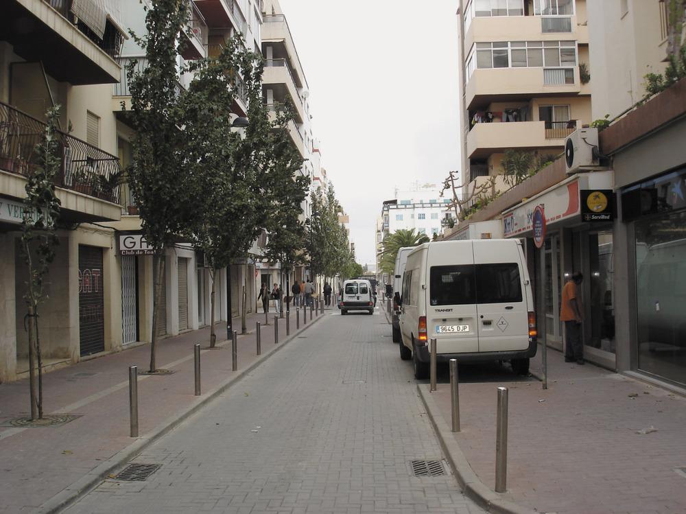 Es Pratet té com a eix el carrer de Pere Francès. Al llarg d´aquesta via queden palesos els contrastos i les mancances del barri. Foto: EEiF.