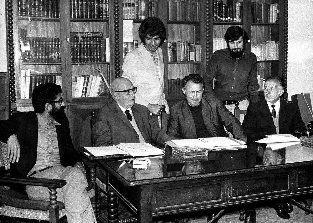 El jurat de la convocatòria de 1972 del Premi de la Nit de Sant Joan: d´esquerra a dreta, Josep Marí, Manuel Sorà, Joan Marí, Antoni Cardona, J. M. Sala-Valldaura i Josep Roselló.