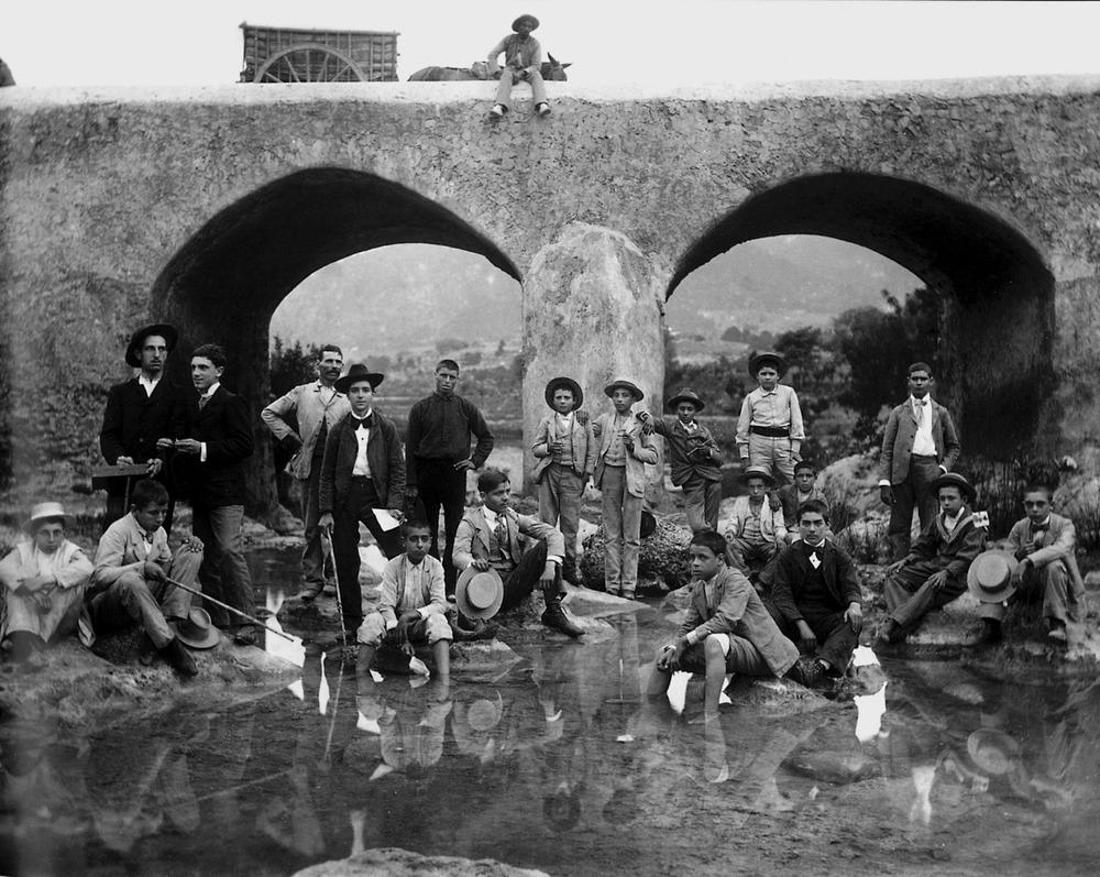 Alumnes de Narc&iacute;s Puget Vi&ntilde;as, del Col&middot;legi de SEgon Ensenyament, en una excursi&oacute; a la font d´en Lluna, al pont Vell de Santa Eul&agrave;ria, segons fotografia de Puget, al voltant de l´any 1902. Foto: extret d´<em>Eivissa, l´illa d´un temps.</em>
