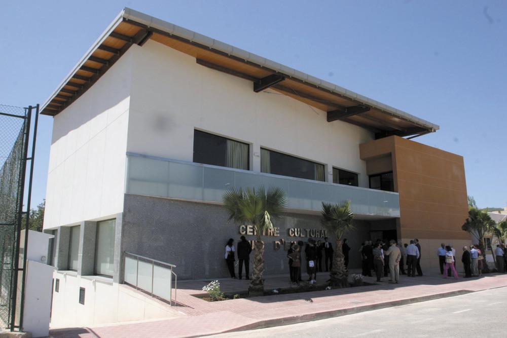 Es Puig d´en Valls. El centre cultural, construït sobre terrenys de la hisenda des Viver, on també s´aixequen les instal·lacions esportives del poble. Foto: Vicent Marí.