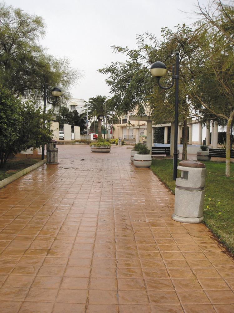 Es Puig d´en Valls. La plaça enjardinada al NE de l´església, que es veu al fons. Foto: Felip Cirer Costa.