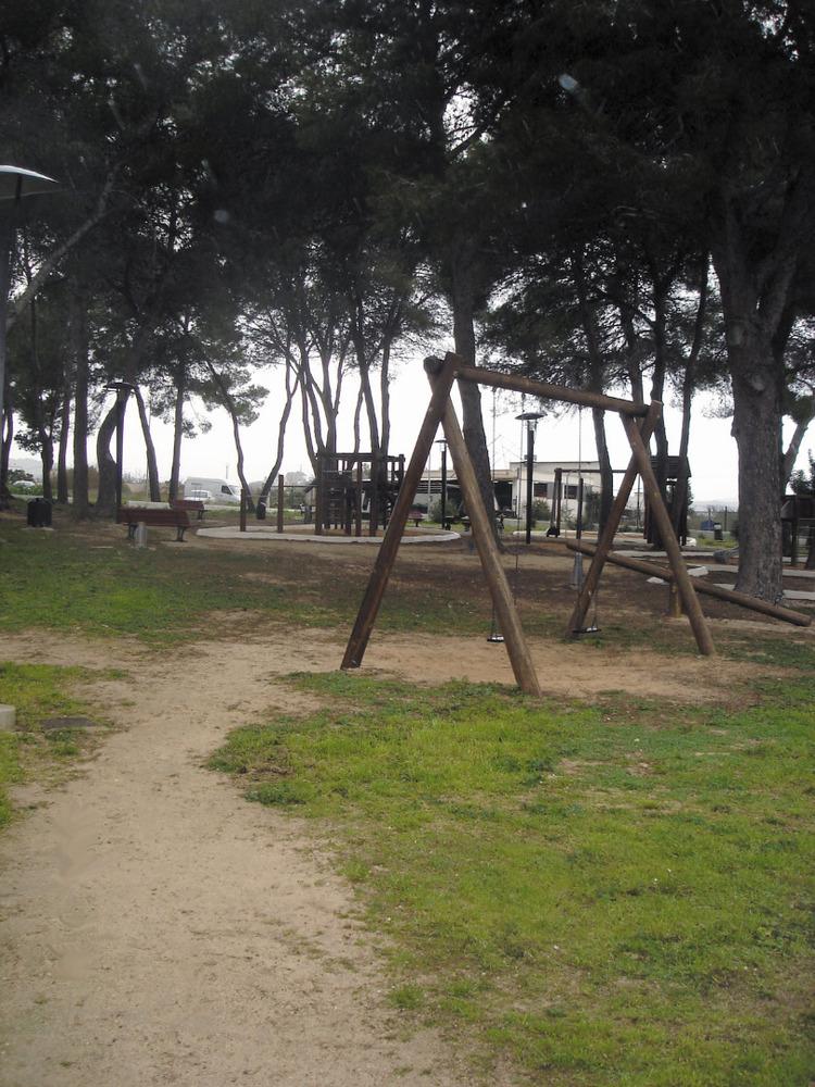 Es Puig d´en Valls. Parc infantil vora el Col·legi Públic Puig d´en Valls. Foto: Felip Cirer Costa.