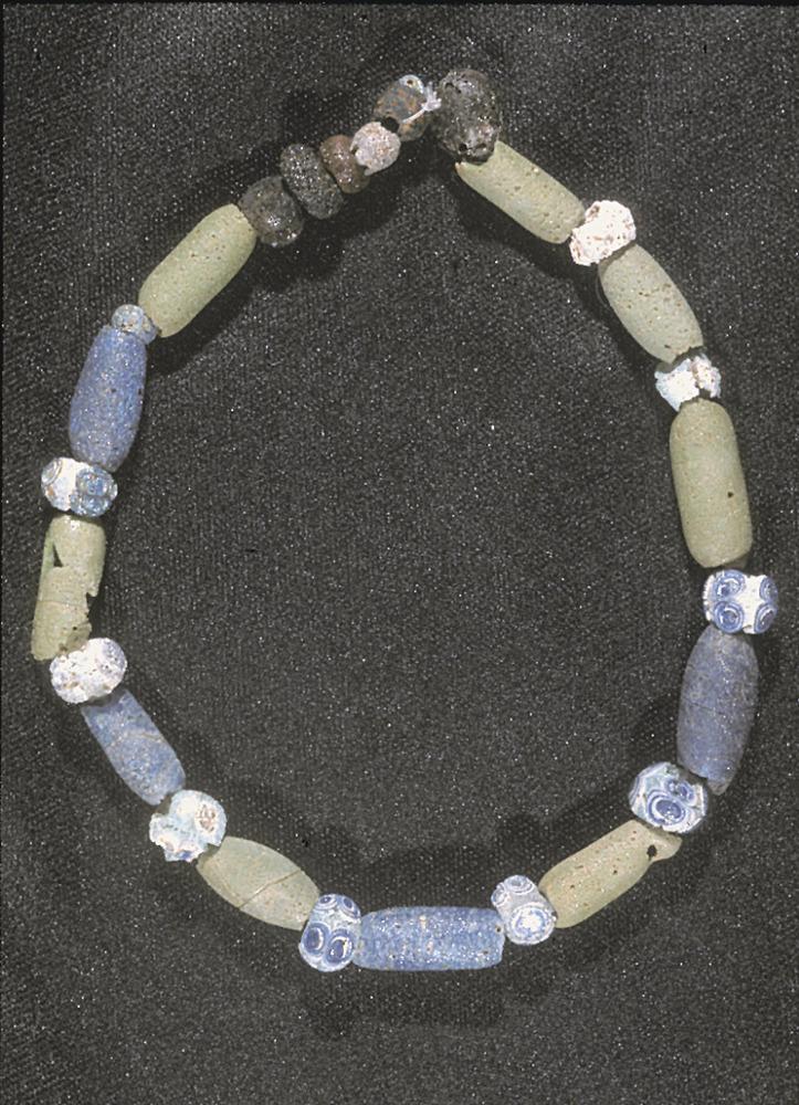 Necròpolis del Puig des Molins. Fase púnica arcaica. Collar que formava part de l´aixovar d´un enterrament infantil trobat al pou d´un hipogeu del carrer de Lleó.Foto: Museu Arqueològic d´Eivissa.