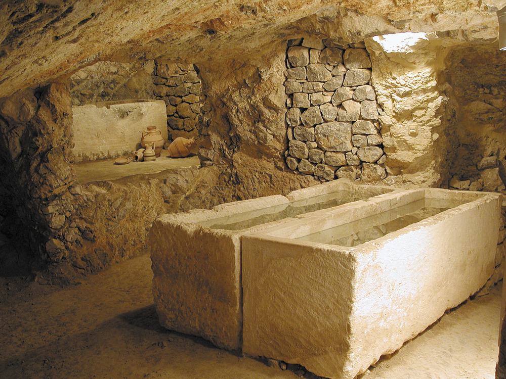 Necròpolis del Puig des Molins. Interior de l´hipogeu de la Mula amb sarcòfags de marès, d´època púnica clàssica. Foto: Museu Arqueològic d´Eivissa.