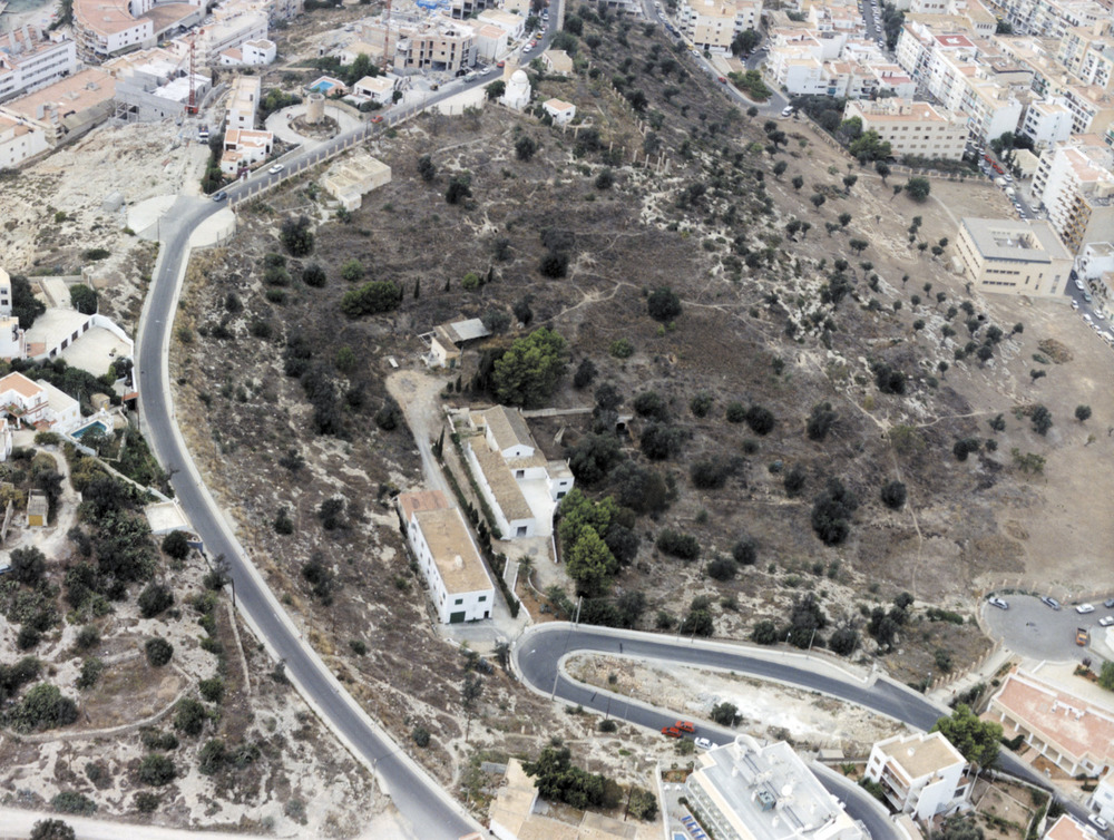 Vista aèria de la necròpolis del Puig des Molins. En primer terme encara es pot observar el quarter d´artilleria que s´enderrocà el 1990. Foto: Museu Arqueològic d´Eivissa.