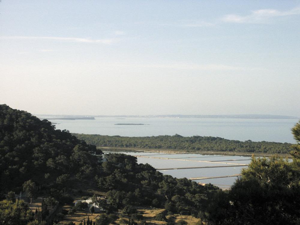 Una vista de la part de ponent de la Reserva Marina des Freus d´Eivissa i Formentera, des del puig des Cob Marí; en primer terme, els estanys de la regió Petita. Foto: EEiF.