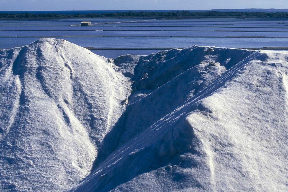 Ses Salines. El dipòsit de sal des Pantano, amb els estanys de Llevant de la regió Petita. Foto: Joan Costa / Arxiu d´imatge i so del Consell d´Eivissa.