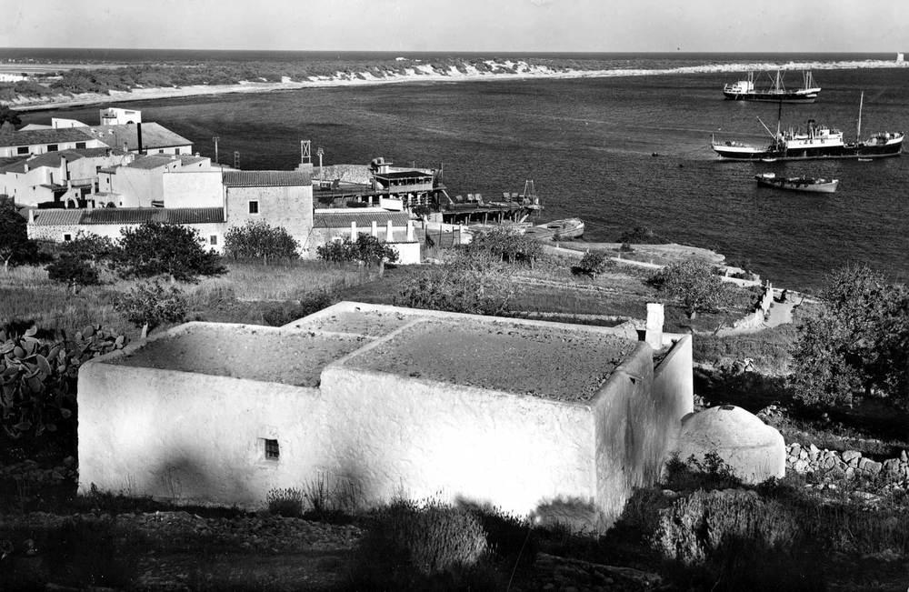 Ses Salines. Vaixells amarrats a boies davant de la cova Llarga. Les barcasses transportaven la sal des des Guafe fins als vaixells. Foto: Viñets.