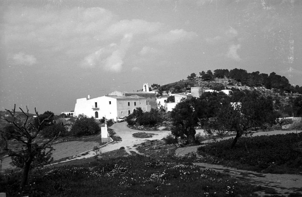 Sant Agustí des Vedrà. L´església i casa parroquial, construïdes segons els plànols de l´enginyer Pedro Grolliez de Servien (1791). Foto: Josep Buil Mayral.