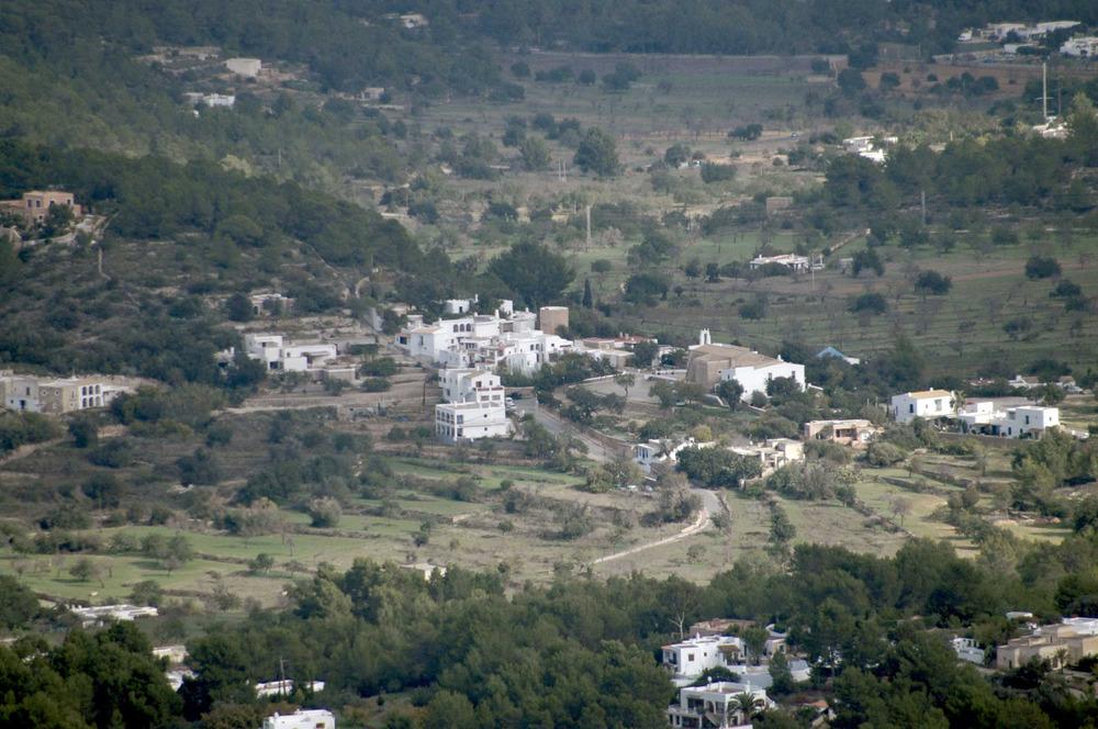 Sant Agustí des Vedrà. El puig des Vedrà, amb l´església i un redol de cases. Foto: Chus Adamuz.