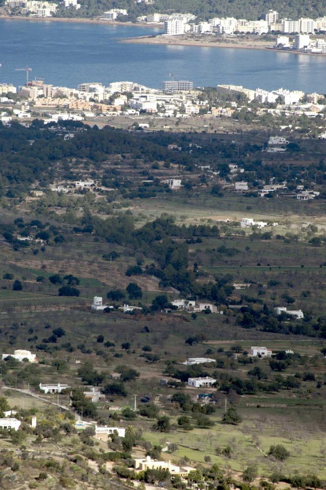 Sant Agustí des Vedrà. Cala de Bou amb la badia de Portmany al fons. Foto: Chus Adamuz.