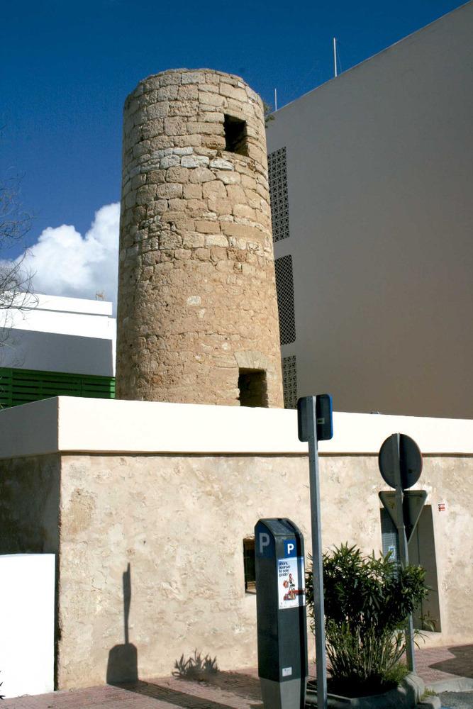 Sant Antoni de Portmany: el molí d´en Simó, de tipologia mallorquina, el 2011 emprat com a sala d´exposicions. Foto: EEiF.