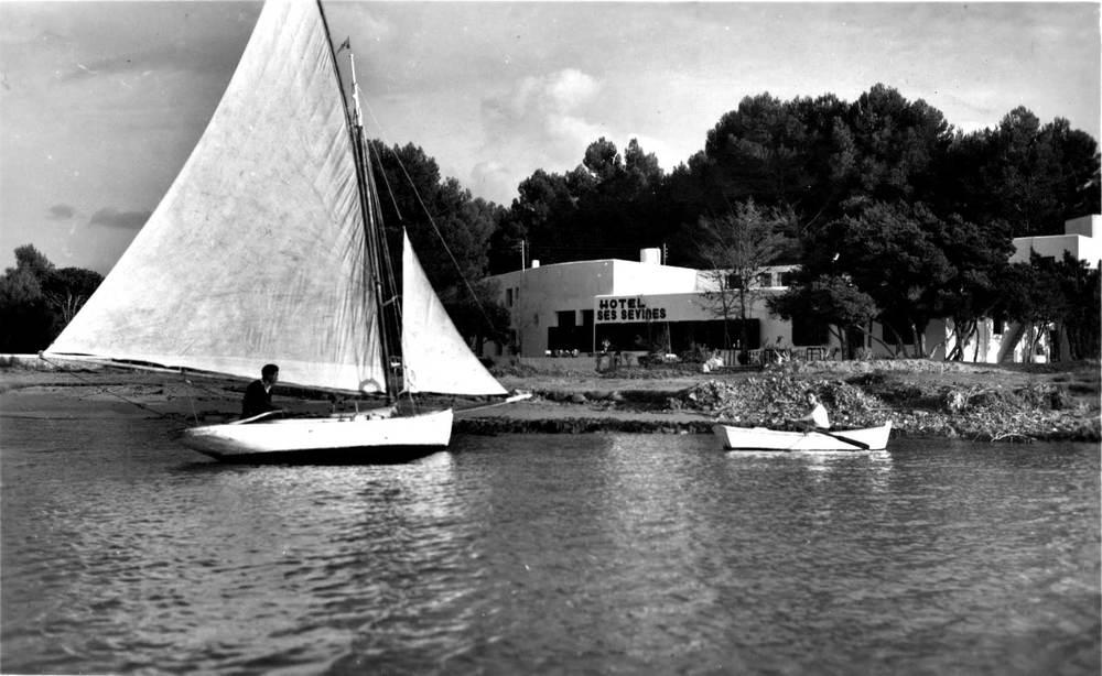 Sant Antoni de Portmany: l´Hotel Ses Savines, propietat de Rafel Marí Llàcer, inaugurat el 1935. Foto: Viñets / Arxiu Històric Municipal d´Eivissa.