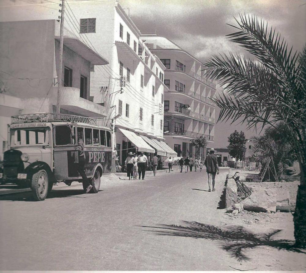 Sant Antoni de Portmany: un dels primers autocars de línia entre Sant Antoni i Eivissa, de l´empresa Alfonso Ribas Piqué. Foto: cortesia de la família Ribas Piqué.