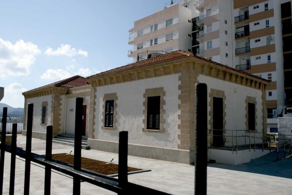 Sant Antoni de Portmany. L´antic far de ses Coves Blanques, inaugurat el 1897 i que al s. XXI s´ha museïtzat com a Centre d´Interpretació de la Mar. Foto: Felip Cirer Costa.