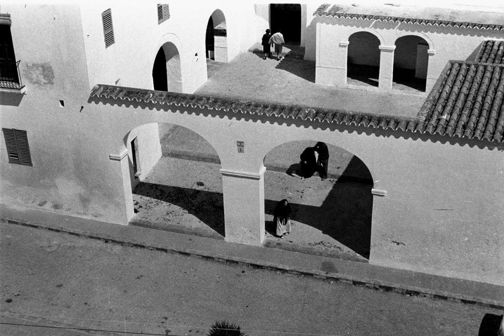 Sant Antoni de Portmany. El pati de l´església amb els porxets i la porta principal, que s´obre en el mur de migjorn del temple. Foto: Josep Buil Mayral.