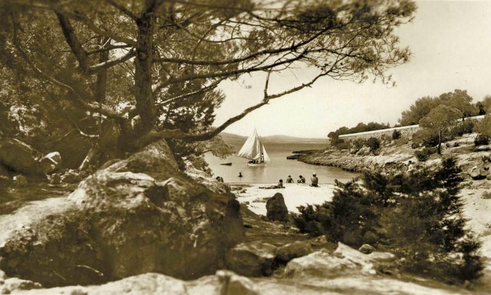Municipi de Sant Antoni de Portmany. Una altra imatge dels anys cinquanta del s. XX: la platja de Cala Gració. Foto: Viñets / Arxiu Històric Municipal d´Eivissa.