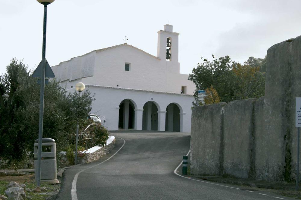 Municipi de Sant Antoni de Portmany. L´església de Sant Mateu d´Albarca, aixecada entre 1785 i 1796, el porxo de la qual es construí més tardanament. Foto: EEiF.