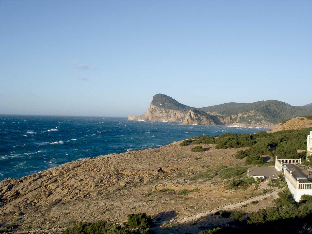 Sant Antoni de Portmany: la costa de ponent des del cap Negret (al fons, el promontori del puig Nunó). Foto: Felip Cirer Costa.