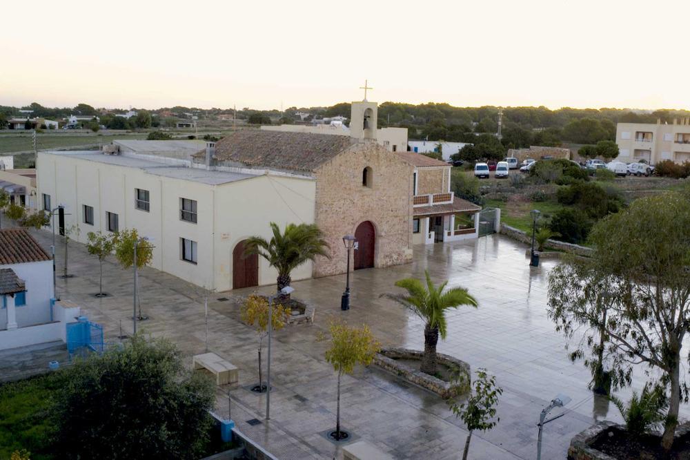 Sant Ferran de ses Roques. L´església, al centre històric. Foto: Joan A. Parés.