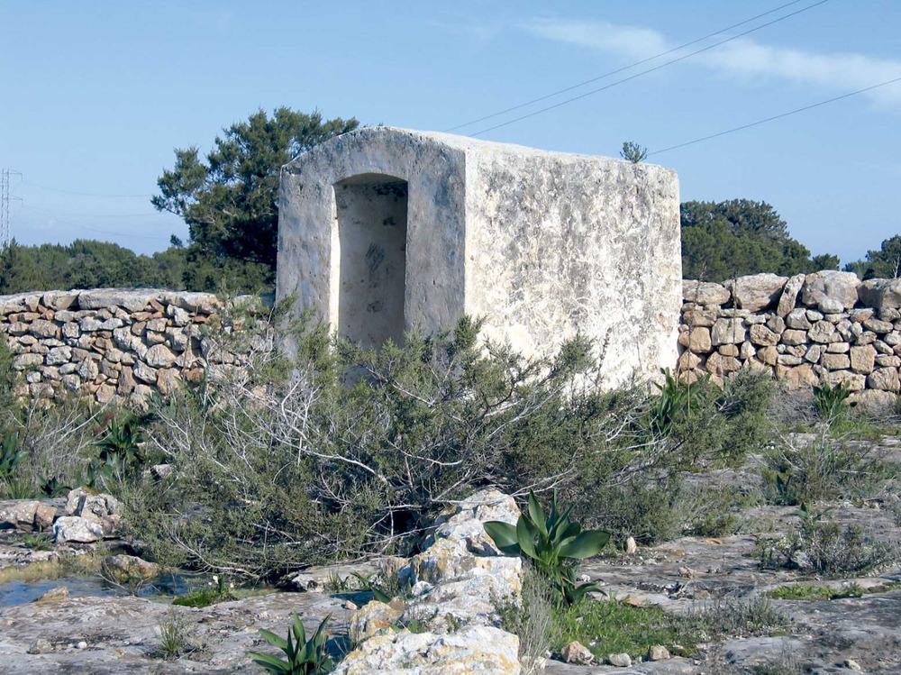 Cisterna i sabina prop de can Pep Ferrer, a ponent del nucli urbà de Sant Ferran de ses Roques. Foto: Vicent Ferrer Mayans.