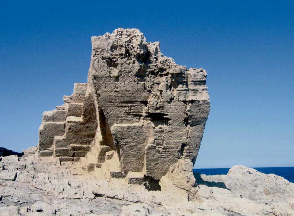 Sant Francesc Xavier. La fesomia de la costa de la punta de sa Pedrera està modelada per l´acció de l´home, arran de l´extracció massiva de marès per a la construcció i la seua exportació a Eivissa. Foto: Vicent Ferrer Mayans.