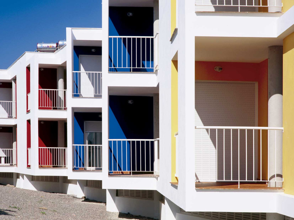 Habitatges de protecció oficial a Sant Francesc Xavier, construïts a començament del s. XXI. Foto: Lourdes Grivé.