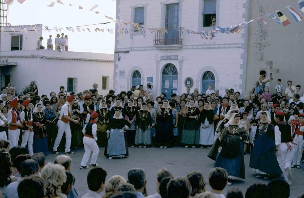 Ballada a la plaça de Sant Francesc Xavier, els anys vuitanta del s. XX. Foto: Joan A. Parés.