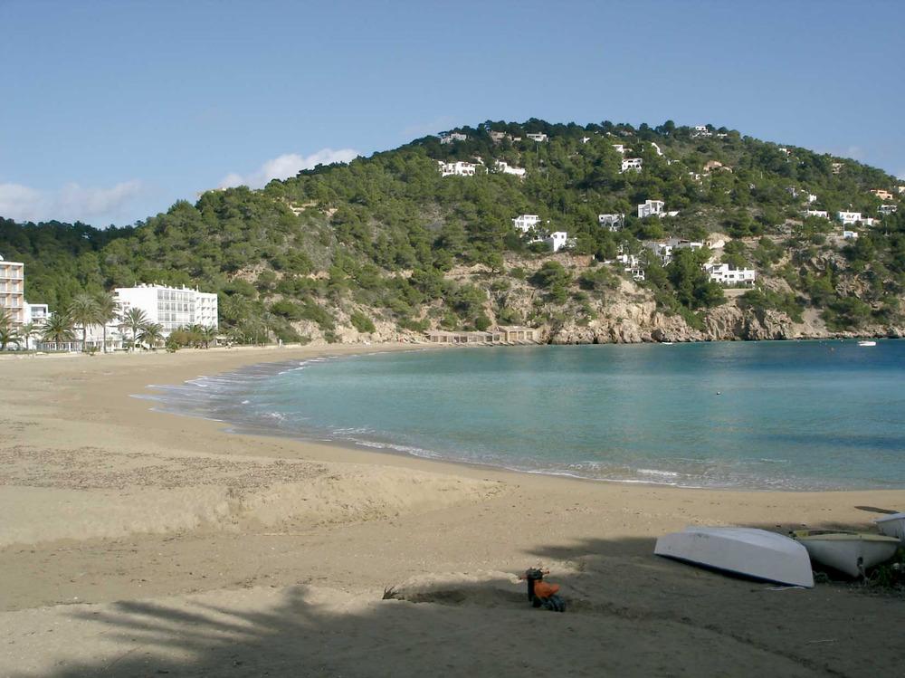 Municipi de Sant Joan de Labritja. La platja de la cala de Sant Vicent, amb la urbanització de la punta Grossa. Foto: EEiF.
