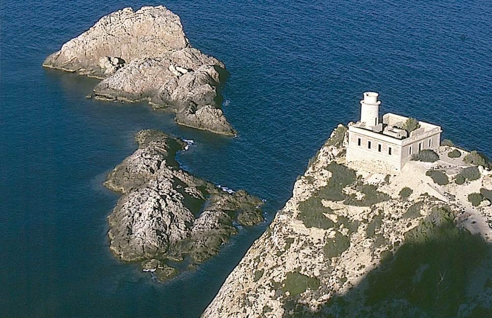 Municipi de Sant Joan de Labritja. El far Vell de sa Cala, a l´extrem de gregal de la punta Grossa. Foto: Vicent Marí.