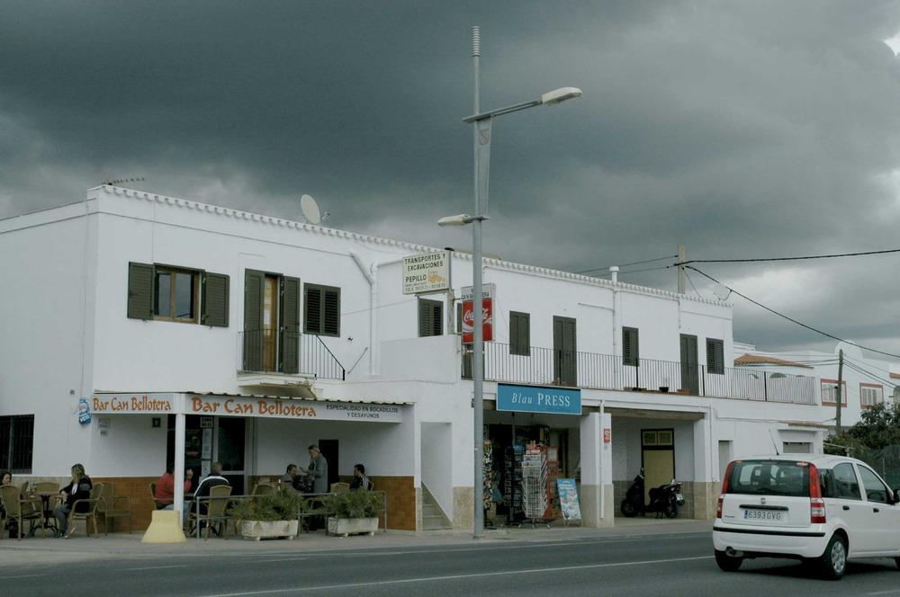 Sant Jordi de ses Salines. Negocis a la barriada de Can Bellotera. Foto: Chus Adamuz.