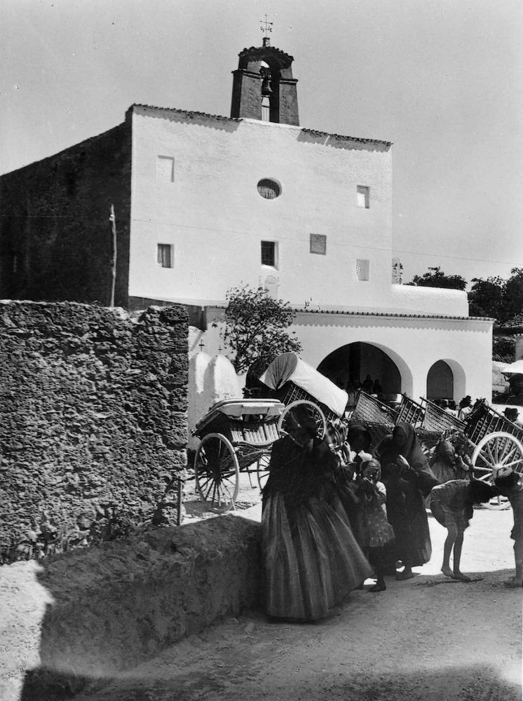 Sant Josep de sa Talaia. Imatge clàssica del poble en un dia de festa. El campanar encara no és de color blanc. Foto: Eleska / Arxiu Històric Municipal d´Eivissa.