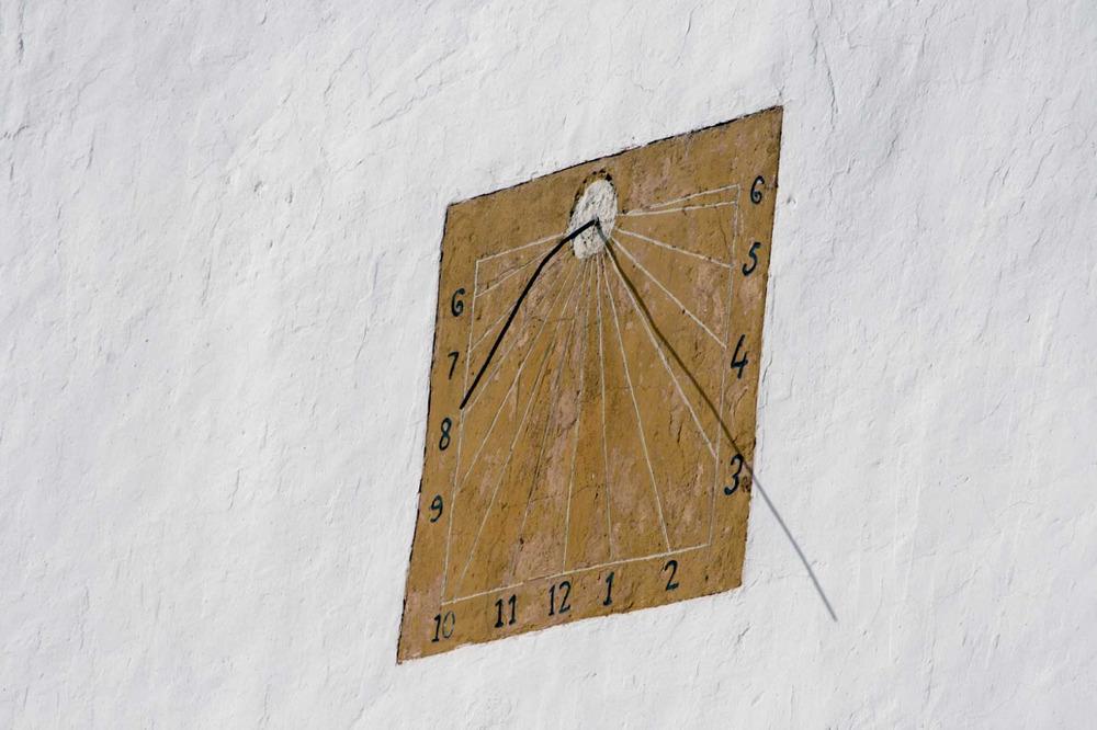 Sant Josep de sa Talaia. Rellotge de sol de la façana de l´església. Foto: EEiF. Elaboració: José F. Soriano Segura / Antoni Ferrer Torres.