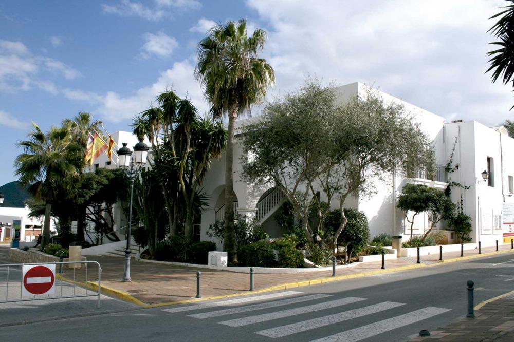 Sant Josep de sa Talaia. Edifici de l´Ajuntament, construït els anys vuitanta del s. XX. Foto: EEiF.