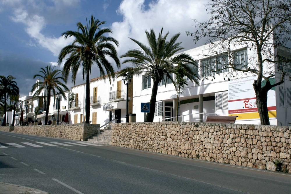 Sant Josep de sa Talaia. El carrer de Pere Escanellas, amb l´Edifici Municipal Polivalent en primer terme. Foto: EEiF.