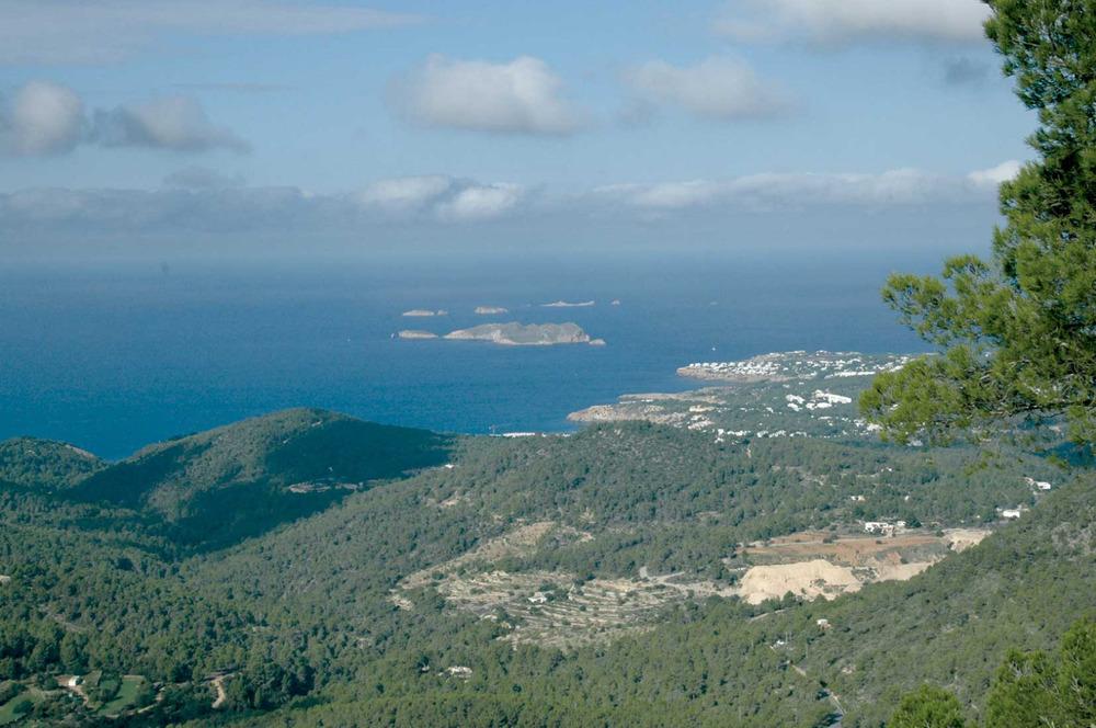 Sant Josep de sa Talaia. La costa del poble, en una vista des del cim de sa Talaia. Foto: Chus Adamuz.