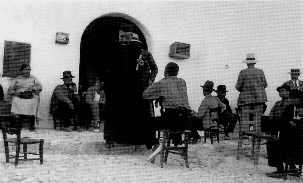 """San Rafel de sa Creu. Josep Ramon Escandell """"Coix"""", rector de la parròquia, mort l´any 1936, en una demostració de cançó popular. Foto: extret d´<em>Obra del cançoner popular de Catalunya</em>."""