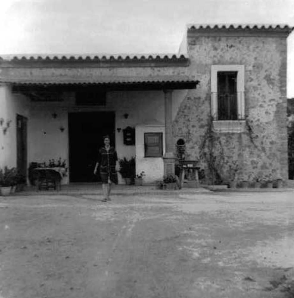 """Sant Vicent de sa Cala. Imatge de l´exterior de Can Vicent de sa Font """"Es Cafè"""", els anys seixanta del s. XX. Foto: cortesia de la família d´Es Cafè."""